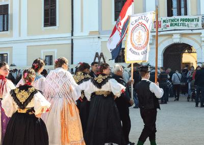 Trh místních produktů na zámku v Miloticích