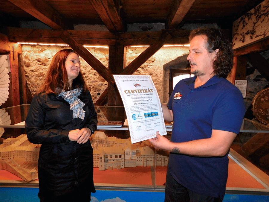 Programový ředitel Agentury Dobrý den Josef Vaněk předává certifikát rekordu