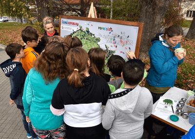 Naše malované mapy v obležení žáků při poznávací soutěži