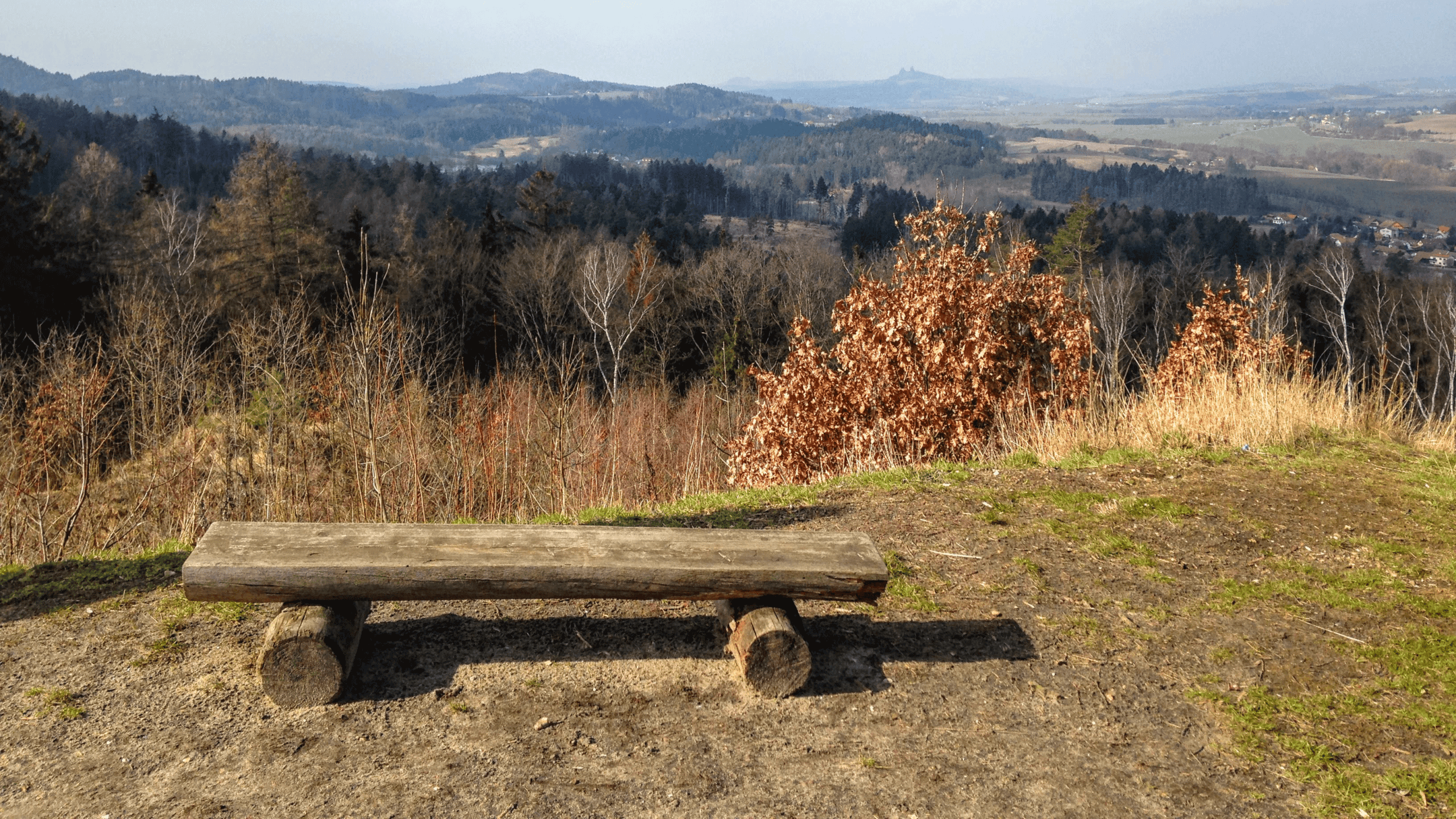 Za krásnými výhledy na vrch Brada