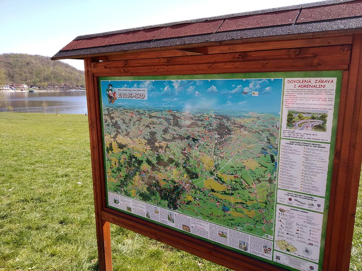 Malovaná mapa Znojemska u Vranovské přehrady od Viery Kovářové