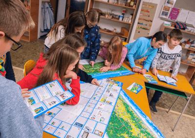 Děti malují obrázky do prezentační části cyklomapy