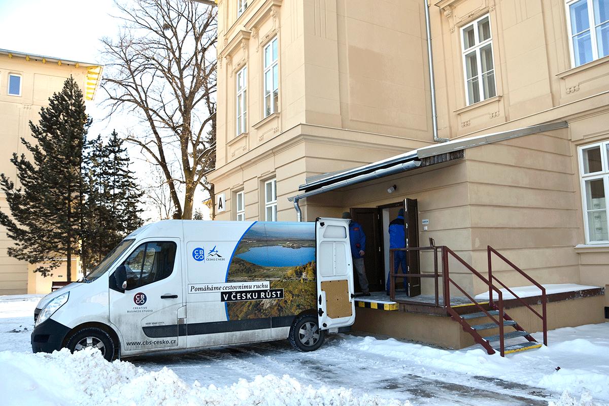 Darování knih ve Slezské nemocnici v Opavě