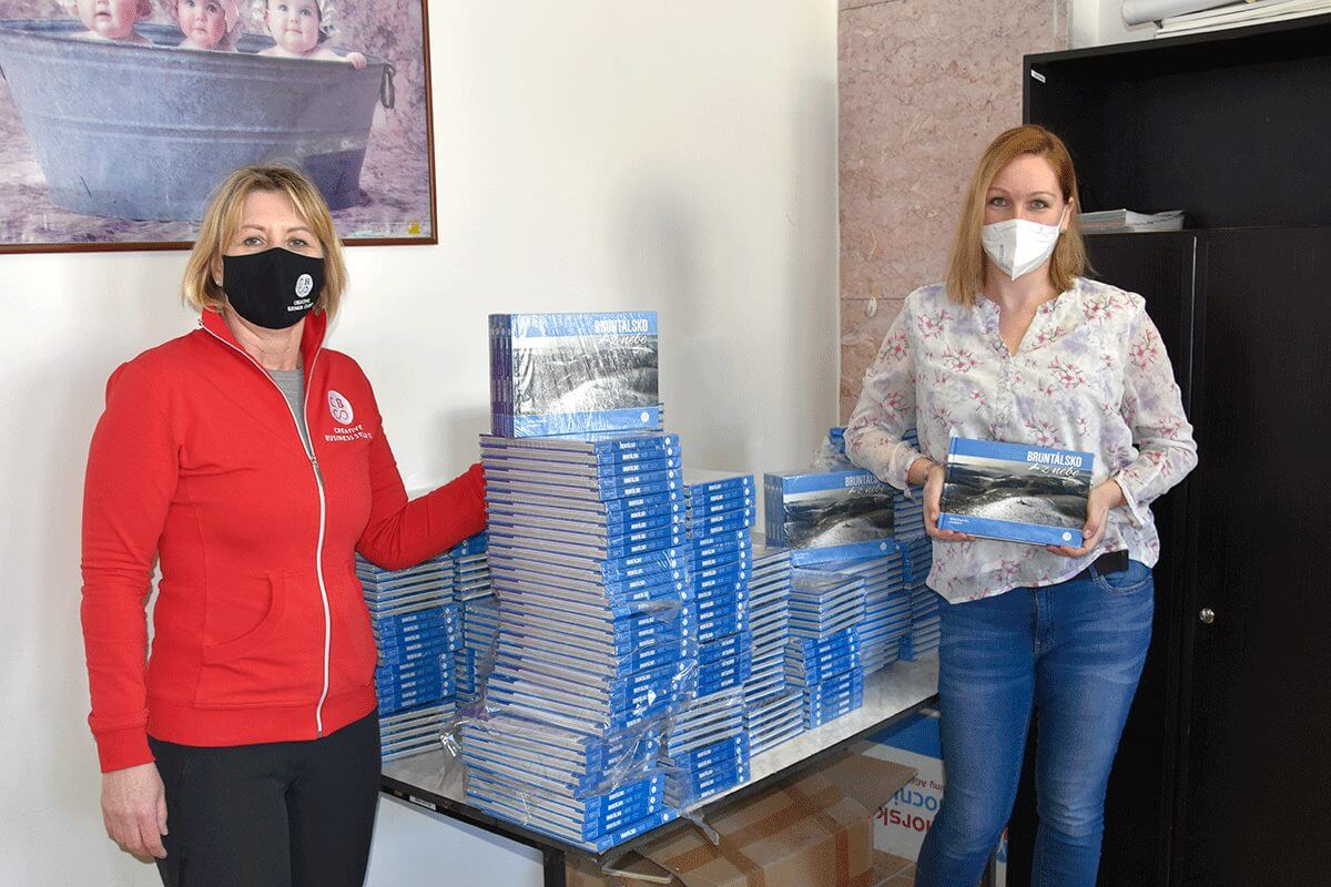 Darování knih v Nemocnici AGEL v Bruntále